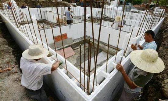 新鲜!农民用泡沫盖别墅 不用砖不用瓦就像搭积木一样