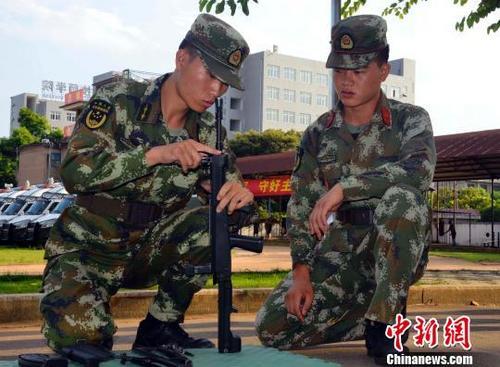 武警福建龙岩支队组织<a href='http://search.xinmin.cn/?q=官兵' target='_blank' class='keywordsSearch'>官兵</a>开展<a href='http://search.xinmin.cn/?q=枪支' target='_blank' class='keywordsSearch'>枪支</a>分解结合<a href='http://search.xinmin.cn/?q=训练' target='_blank' class='keywordsSearch'>训练</a>