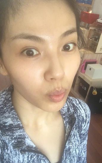 而刘涛在夏天晒起纯素颜照片起来也没在怕的,虽然不像范爷那么白成