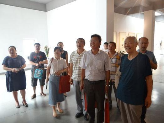 清华大学高策理一行观看齐辛民工作室师生画展