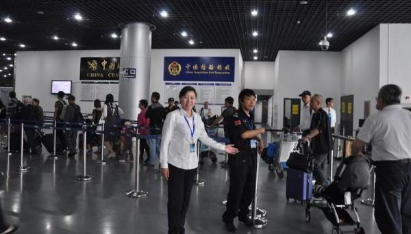 上海吴淞口国际邮轮港党徽闪耀 游客通关宾至如归