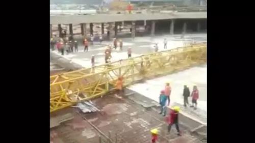 上海一工地塔吊倒塌致22人死亡? 警方:造谣者被罚五百元