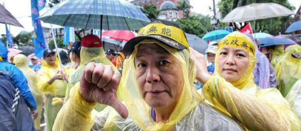 """蔡当局年改失民心 """"<a href='http://search.xinmin.cn/?q=荣民' target='_blank' class='keywordsSearch'>荣民</a>""""老泪纵横呛:要逼我们去死吗"""