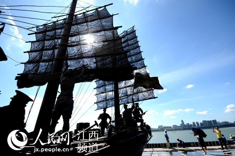 高清图:先睹为快 南昌建军雕塑广场八一节开放