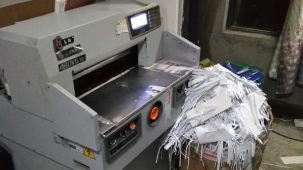 印刷黑作坊藏身市郊出租屋 沪警方捣毁非法图书印刷窝点