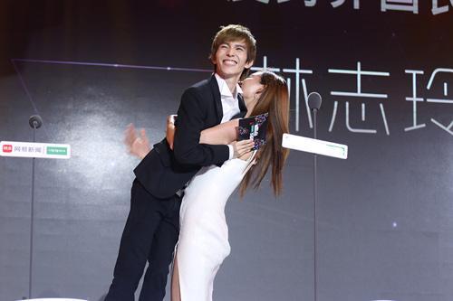 林志玲抱起郭敬明  网友:这确定不是妈妈抱儿子吗?