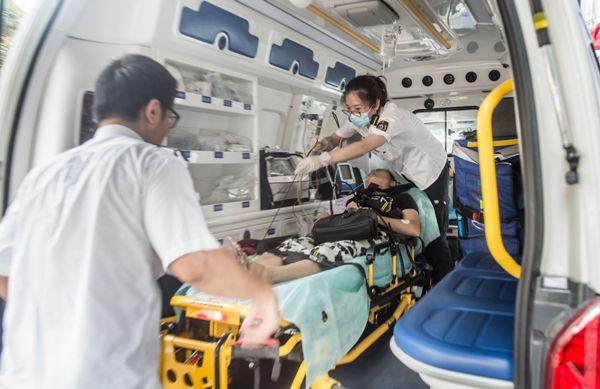 120急救医生:烈日下争分夺秒 眼里没有酷暑只有生命