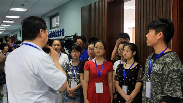 上海10名考生代表参观高招录取现场 亲历高校招生录取流程
