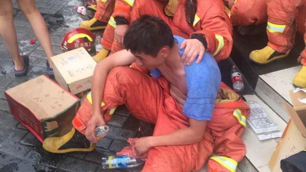致敬!今天上海破40℃高温 华江路倒楼救援消防员累到中暑