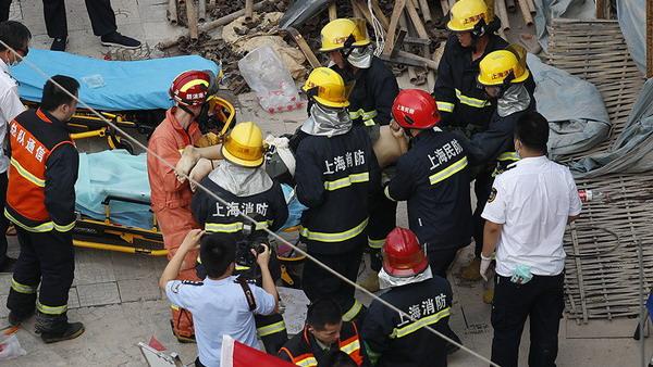 上海曹安公路华江路倒楼现场救出6人 其中4人不幸身亡