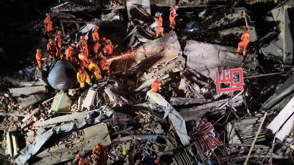 沪华江路曹安公路一楼房倒塌已致4死 搜救仍在继续