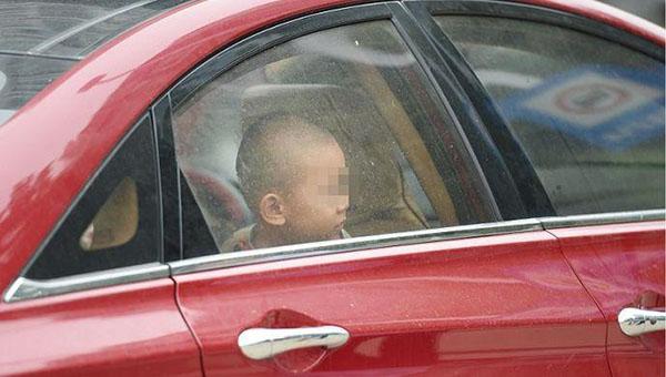 上海1岁幼童独自被留车内按下安全锁 警方撬门救出