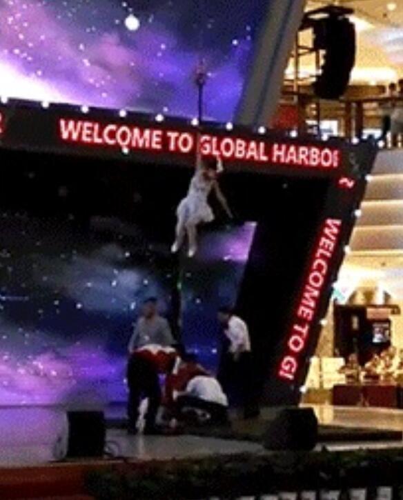 揪心!19岁女孩空中表演突然坠落 全身多处骨折