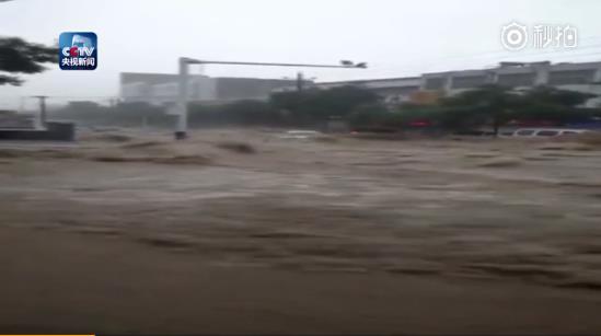陕西榆林市遭暴雨袭击 小轿车直接被冲走