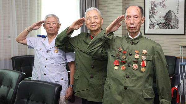 """上海广大军队离退休干部重温军装情  怀念""""激情燃烧的岁月"""""""