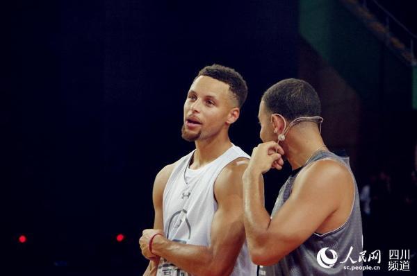 NBA球星斯蒂芬 库里空降成都 与小球员同场竞技
