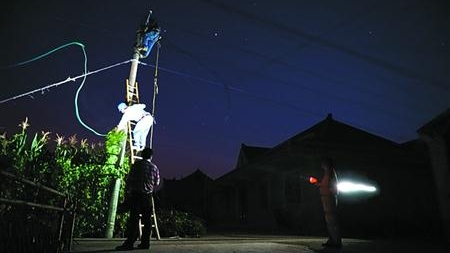 这高温天 崇明不少村民家因电压太低 电风扇都无法工作