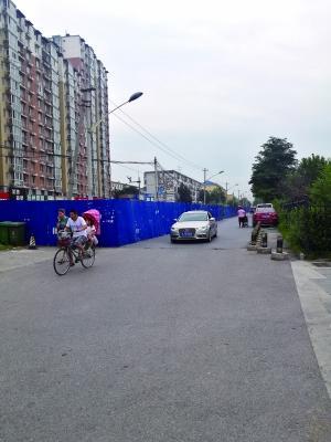 北京一道路圈起近两年未动工 围挡处堆垃圾