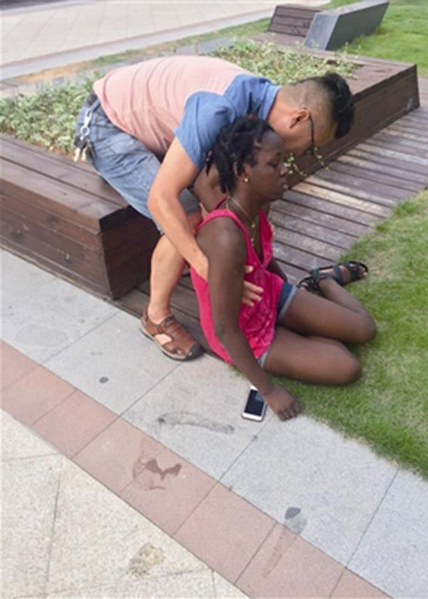 非洲女留学生烈日下去食堂买饭中暑晕倒 头磕出包
