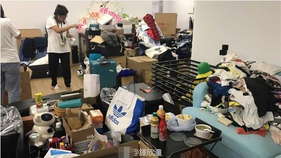 """阿娇新家曝光 专属衣帽间的一整片""""墨镜墙""""引众人关注"""