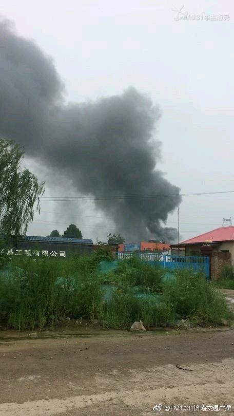 突发!济青高速路边一彩钢板房房顶起火,正在扑救
