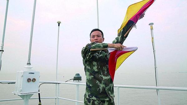 """陈腾飞:外国军舰向他打来信号""""你很棒"""""""