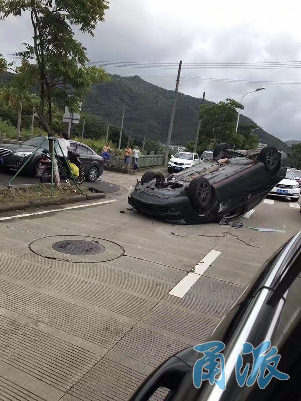 """北仑太河南路发生奇怪车祸 一""""速腾""""仰天翻车"""