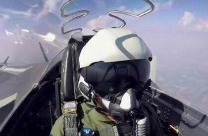 歼20飞行员头盔亮相阅兵:外形酷、内涵多(图)