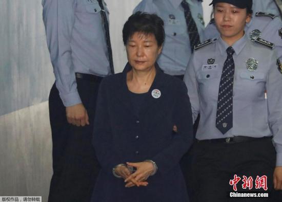 受贿案进行首场公审.-韩前总统朴槿惠出院7天4次受审 闭眼走路困图片
