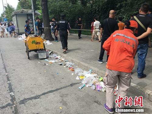 近日,清华大学门外游客爆满,排队人群滞留垃圾遍地。汤琪 摄