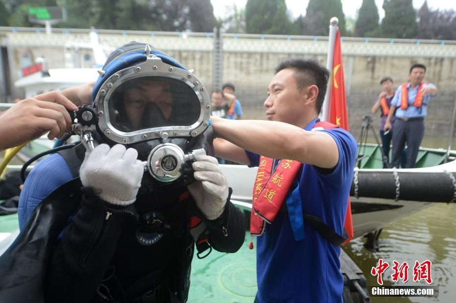 """""""蛙人""""河底排险 确保京杭大运河船闸汛期安全"""