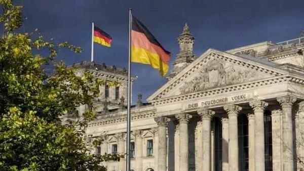 中国俩男游客在德国国会大厦前摆拍纳粹敬礼被捕