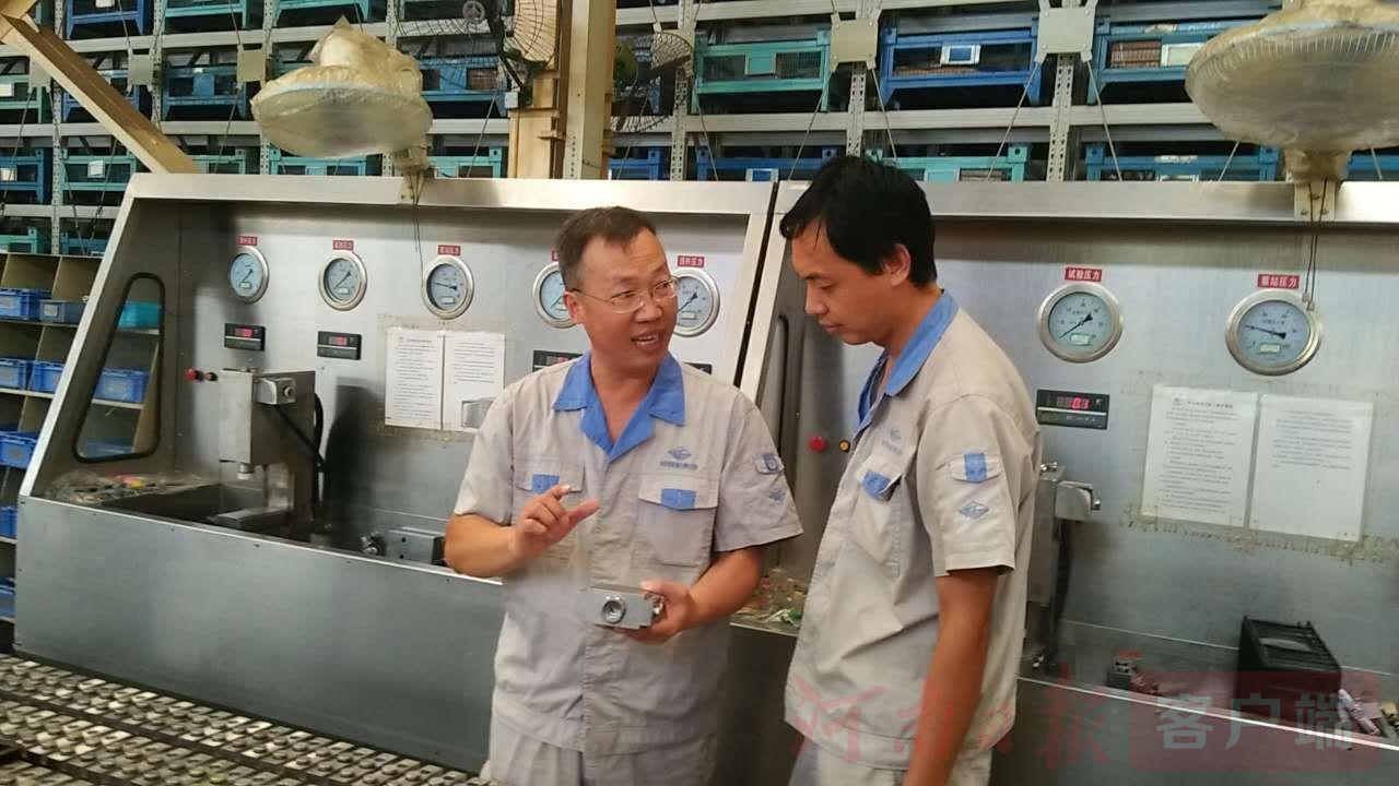 【中国梦·大国工匠篇】他爱钻研,研发的设备世界上独一家