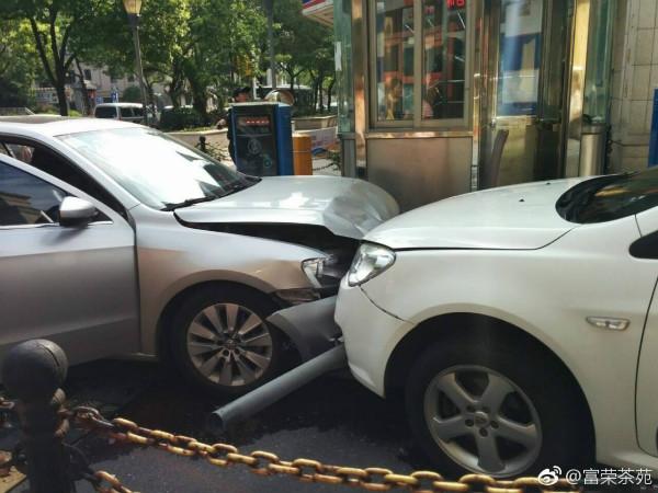 撞车!轿车逆行出小区  还误把油门当刹车