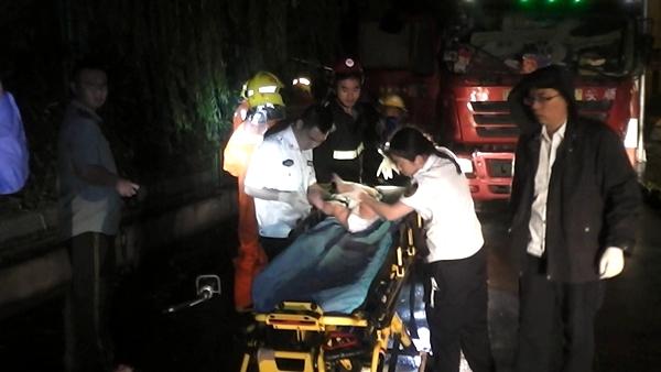疲劳驾驶引发事故  消防救出车内一家三口