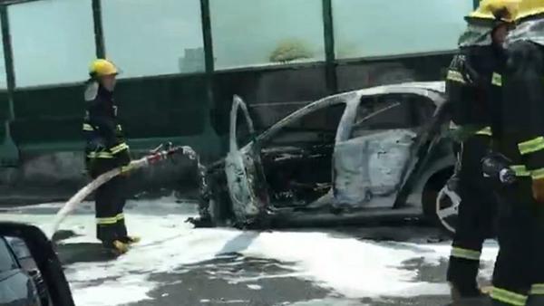 中环一轿车疑似自燃 车头位置燃起熊熊大火