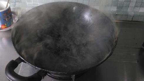 沪松江一小区居民厨房起火 小区保安破窗施救