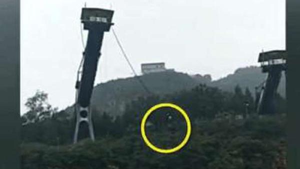 北京十渡景区一游客蹦极掉下悬崖坠河 工作人员称系触水表演