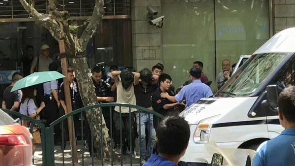 浦东东昌路发生银行抢劫案?警方:被带离人员系滋事,请勿传谣
