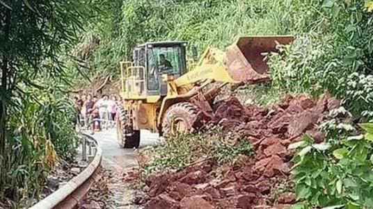 强降雨影响 四川雅安多处山体垮塌,道路受阻