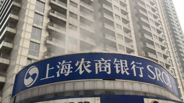 上海肇嘉浜路一银行顶楼平台起火