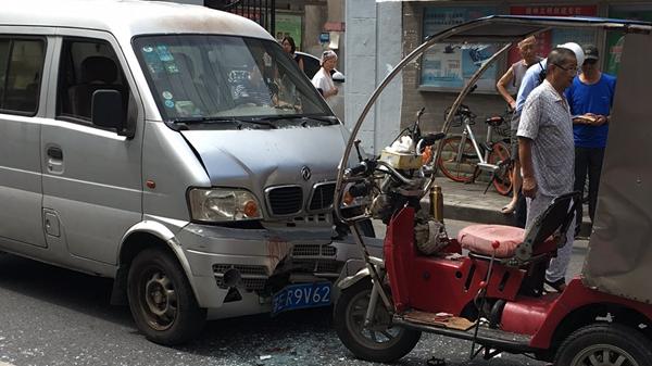 杨浦齐齐哈尔路一残疾助力车撞上面包车 驾车男子头部受伤