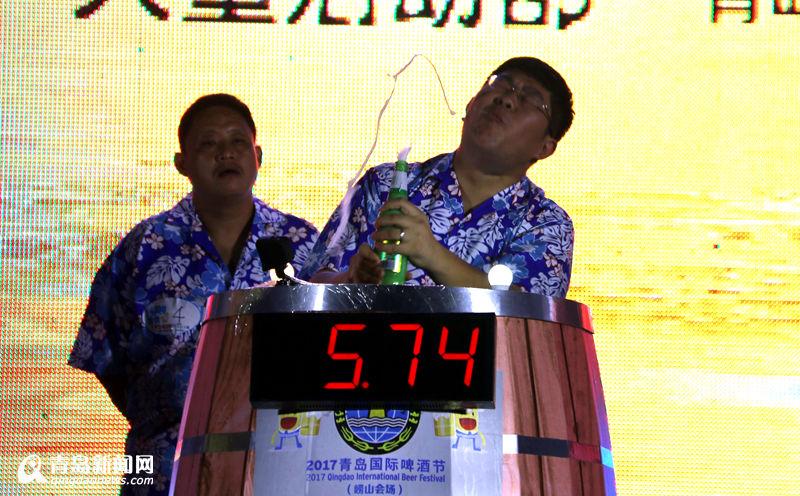 青岛小哥7秒91狂喝3瓶夺啤酒节冠军 领走3万奖金