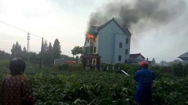 金山张堰镇一幢三层民宅起火 无人员伤亡