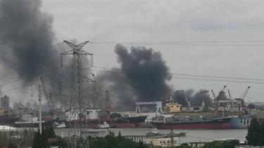 浦东江心沙路一仓库起火 黑烟冲天飘到对岸