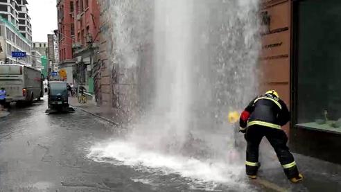 虎丘路大巴车撞断消防栓 路面水漫金山