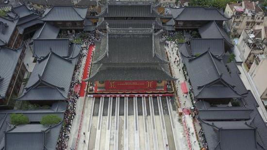 航拍   玉佛寺大雄宝殿上午启动位移 系全国古寺庙首例