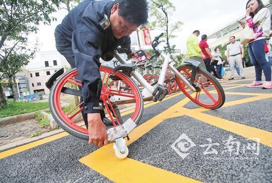"""工作人员发明共享单车""""助推器"""" 提升管理效率"""