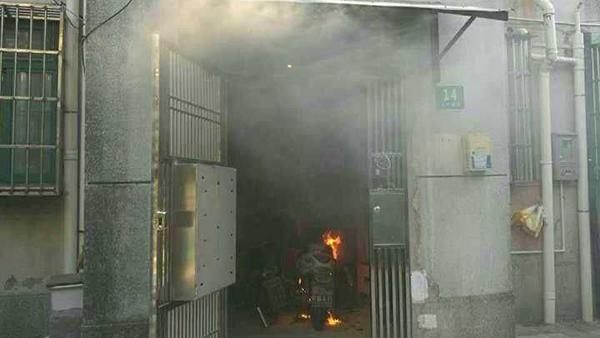 沪金山一居民楼内电瓶车起火 热心居民及时扑救