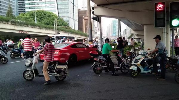 """上海静安区一""""野马""""轿车路口失控撞死骑车人"""